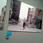 Rotterdam In The Picture @ Nederlands Fotomuseum. Spookrijder tussen brokstukken van het bombardement