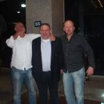Peter, Lex en Ruud voor de ingang van het hotel