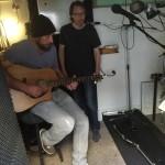Maurice stemt de gitaar