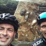Michel en Abco bij het Monument Eddy Merckx (Stockeu)