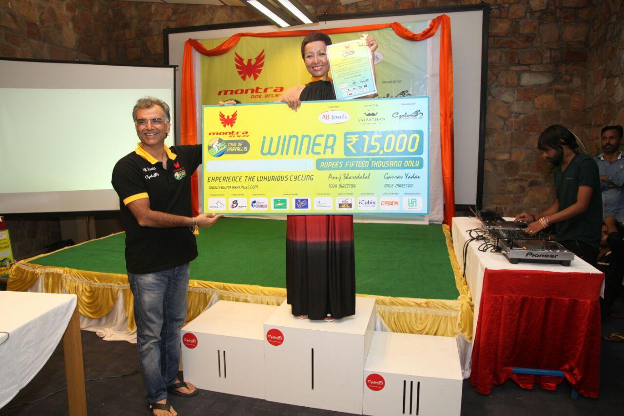 Eva krijgt de trofee uit handen van Manoj, hoofdsponsor van ToA