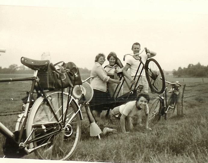 Dé tandem waarop Opa Hendriks als piloot-zonder-stoker de Posbank zou beklimmen. Vakantie 1960 / Familiearchief