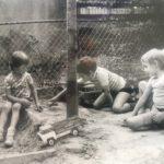 Spelen in zandboek (rechts Derek Lanting)