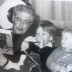 Opa leest voor aan Martijn en Jeroen